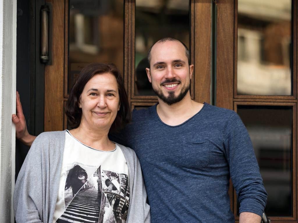 Das Mutter-Sohn-Gespann Barbara und Max Bandte führen auf der Königswinterstraße 1 an der Ecke Gottesweg das Multi-Konzept-Lokal. copyright: CityNEWS / Alex Weis