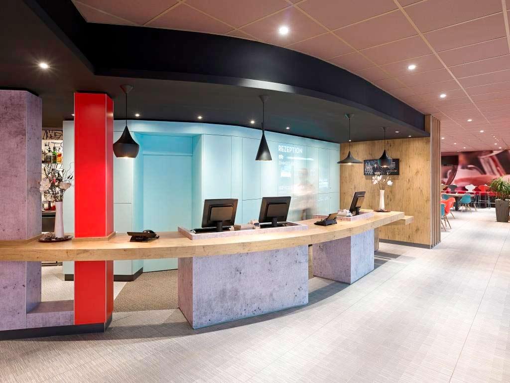 Auch die Hotel-Lobby erstrahlt im neuen Glanz. copyright: Abaca Corporate / Guido Erbring