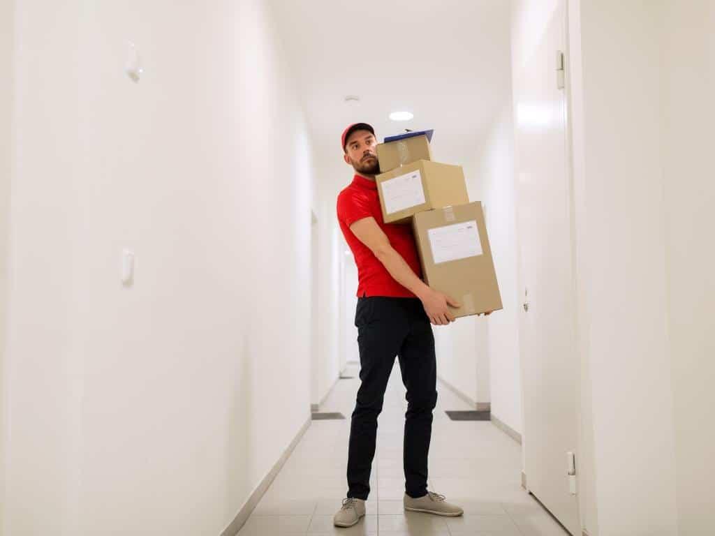 Immer mehr Beschwerden: Was darf der Post- und Paketbote eigentlich? copyright: Envato / lev dolgachov