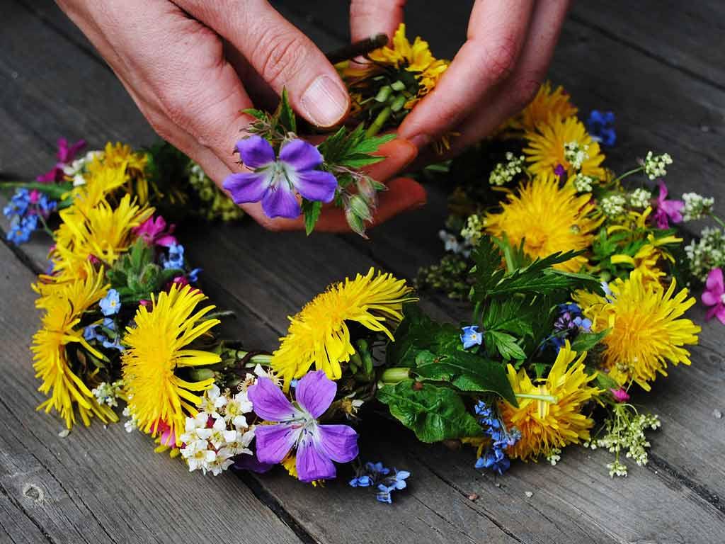Frauen und Mädchen schmücken zum Mittsommerfest ihre Haare mit Blumenkränzen. copyright: pixabay.com