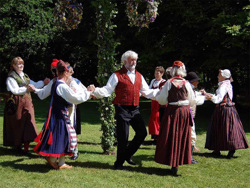 In den skandinavischen Ländern begeht man die Sommersonnenwende, in Schweden beispielsweise Midsommar genannt, traditionell mit einer ausgelassenen Feier. copyright pixabay.com