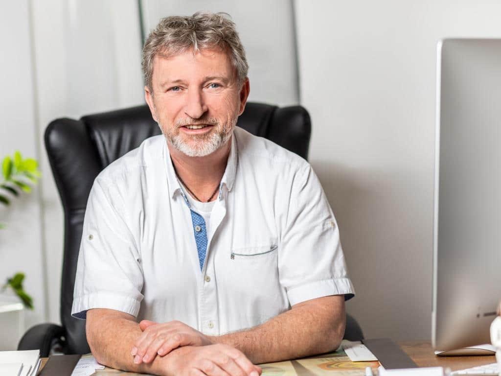 In der Kölner Praxis von Peter Weber wird der gesundheitliche Zustand eines Patienten breiten Spektrum von medizinischer Diagnostik überwacht. copyright: Erik Spilles
