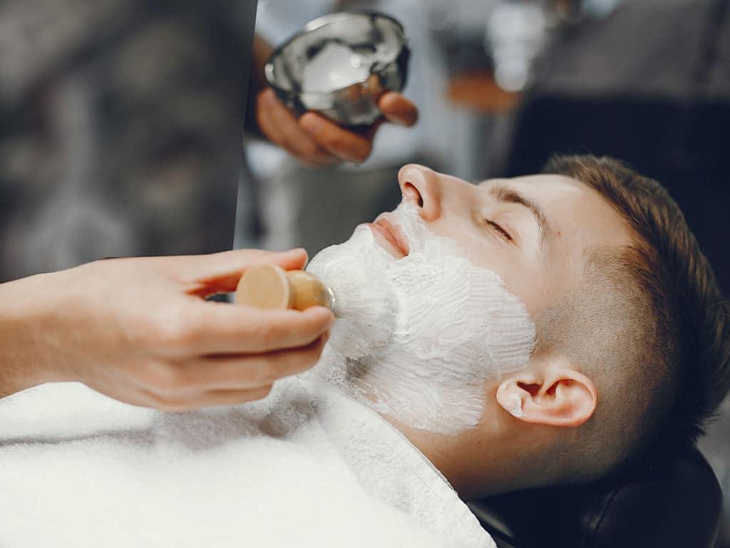 Die Glattrasur als Gegentrend zum Bart<br /> copyright: Envato / prostooleh