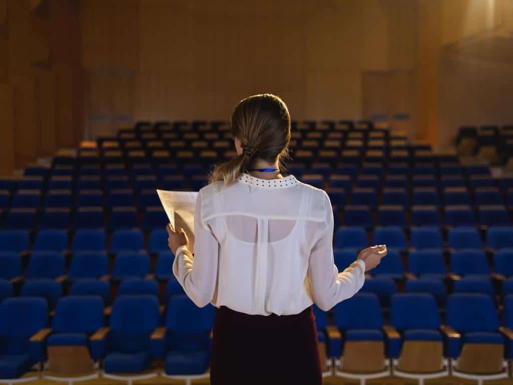 Viele Menschen haben Angst davor, vor einer größeren Gruppe zu reden. copyright: Envato / Wavebreakmedia