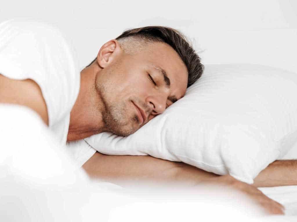 Sieben bis acht Stunden Schlaf braucht ein erwachsener Mensch pro Nacht. copyright: Envato / vadymvdrobot