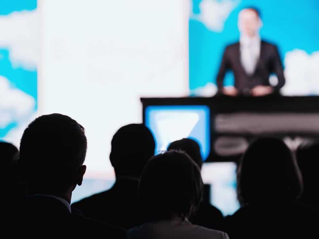 Botschaften beim Reden besser übermitteln copyright: Envato / microgen