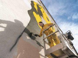 Thomas Baumgärtel wurde in Rheinberg (Ruhrgebiet) geboren und kam 1985 zum Studium der Kunst und Psychologie nach Köln. Hier besprüht er eine Mauerwand in Schwetzingen. copyright: Atelier Thomas Baumgärtel / Foto: Tobias Schwerdt