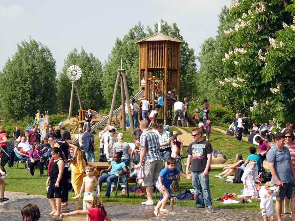Der Brückenkopf-Park lockt durch seine vielen Spielmöglichkeiten auch viele Familien an. copyright: Horrig