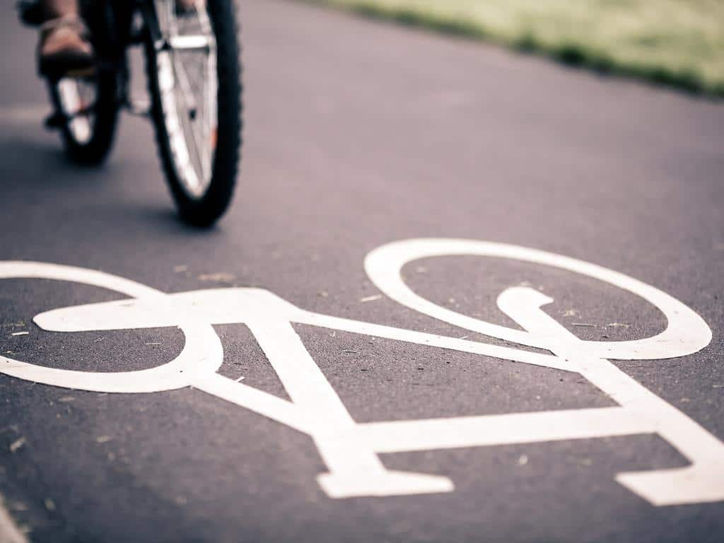 Die Kölner Rheinuferpromenade soll fußgänger- und fahrradfreundlicher werden.