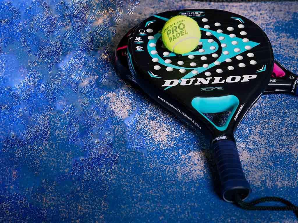 Der Schläger ist ein spezielles Spielgerät. copyright: MIKURA – www.mikura.de