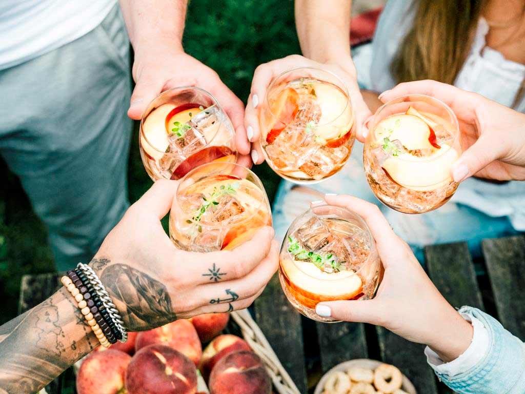 Coole Drinks, leckere Snacks und chillige Musik gehören zu einer perfekten Sommer-Party. copyright: Schwarze und Schlichte / Bumann
