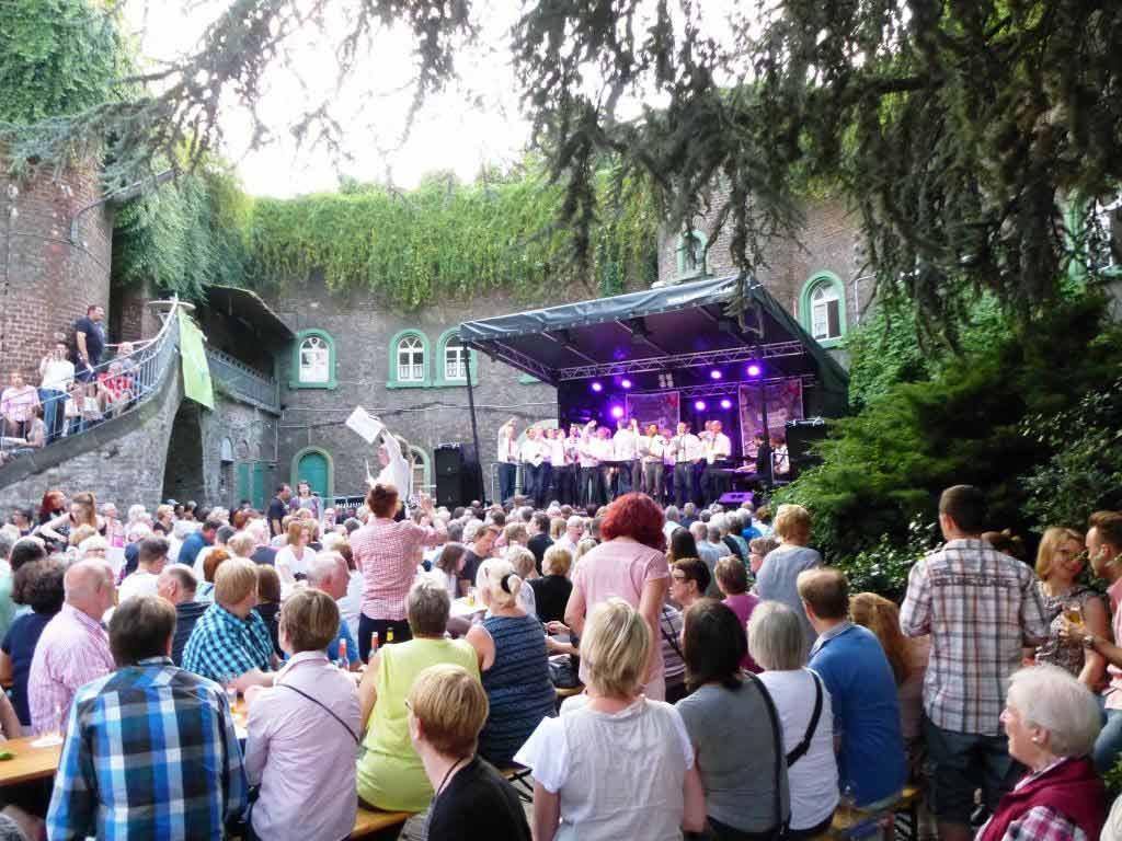 Ein absoluter Publikumsmagnet ist der singende Biergarten im Fort X. copyright: Priska Höflich