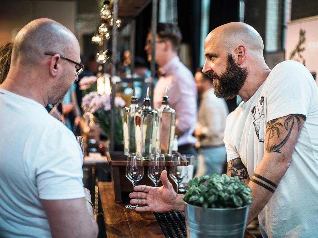 An den Bars können sich Interessierte über die Besonderheiten und die unterschiedlichen Facetten des Wacholderschnaps informieren. copyright: Germany´s unique Gin Festival