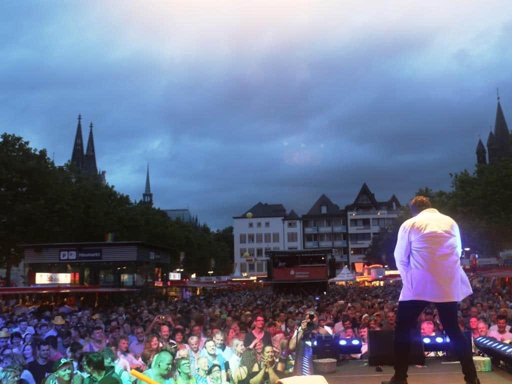 Vor der Hauptbühne am Kölner Heumarkt feierten tausende Besucher. copyright: CityNEWS