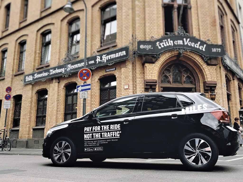 Die Abrechnung beim Carsharing-Angebot erfolgt nach Kilometern statt wie üblich nach Minuten. copyright: MILES Mobility GmbH