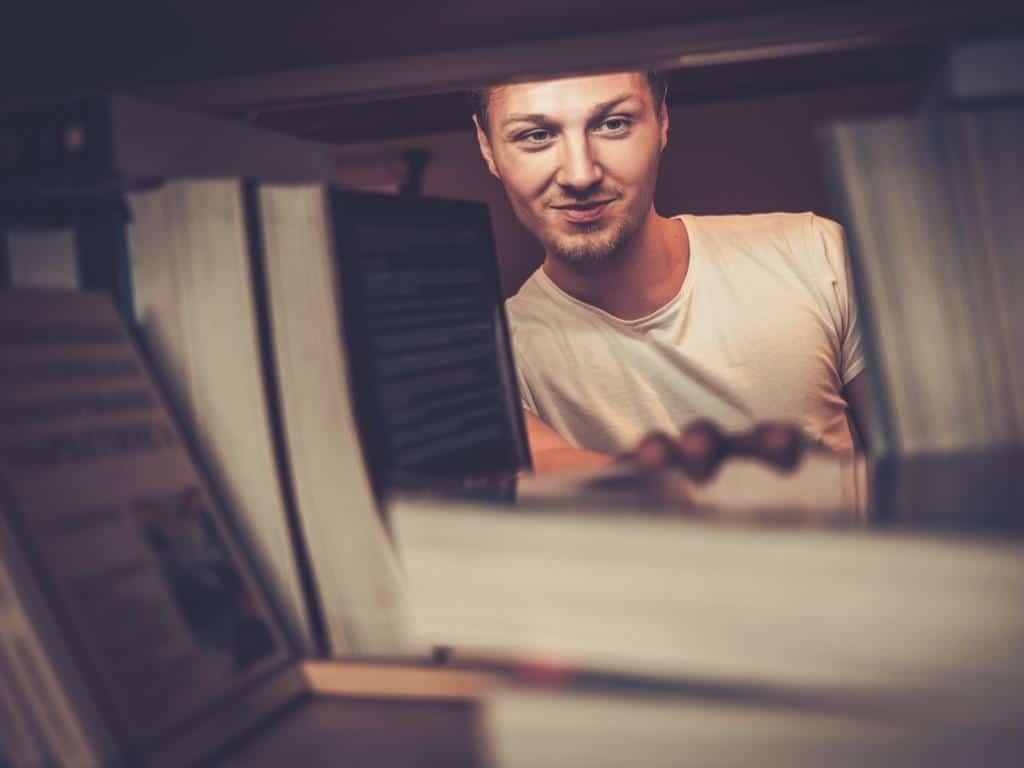 Im Durchschnitt fasst ein Bücherschrank etwa 250 Bücher. copyright: Envato / Nejron