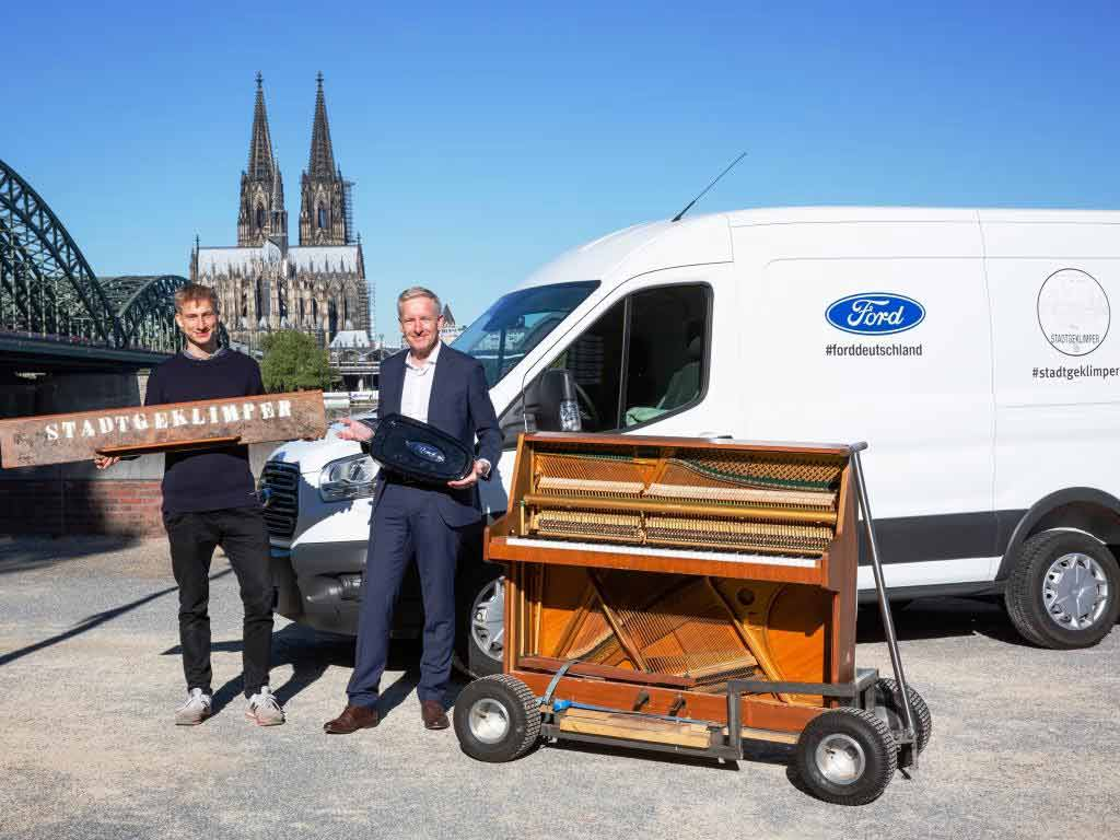 """Ford unterstützte"""" Stadtgeklimper"""" mit einem Transit Kastenwagen. Hans Jörg Klein, Geschäftsführer Marketing und Verkauf der Ford-Werke GmbH, übergab den Schlüssel. Foto: Ford"""