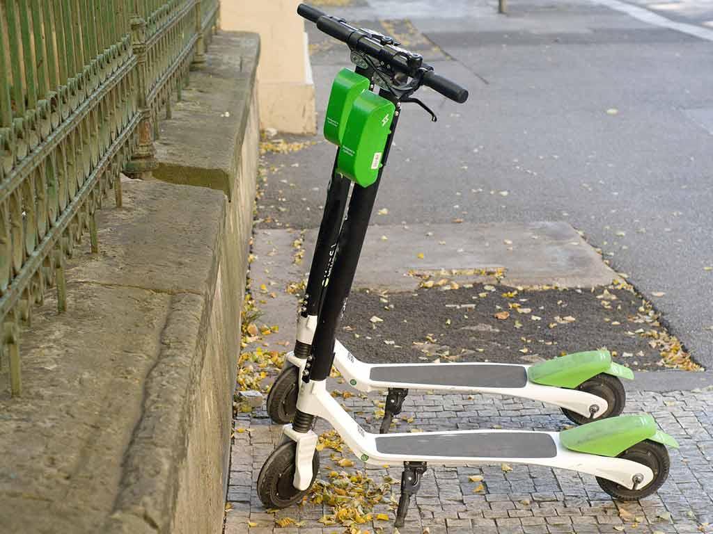 efühlt an jeder Straßenecken stehen die Elektro-Roller mittlerweile in Köln. copyright: pixabay.com
