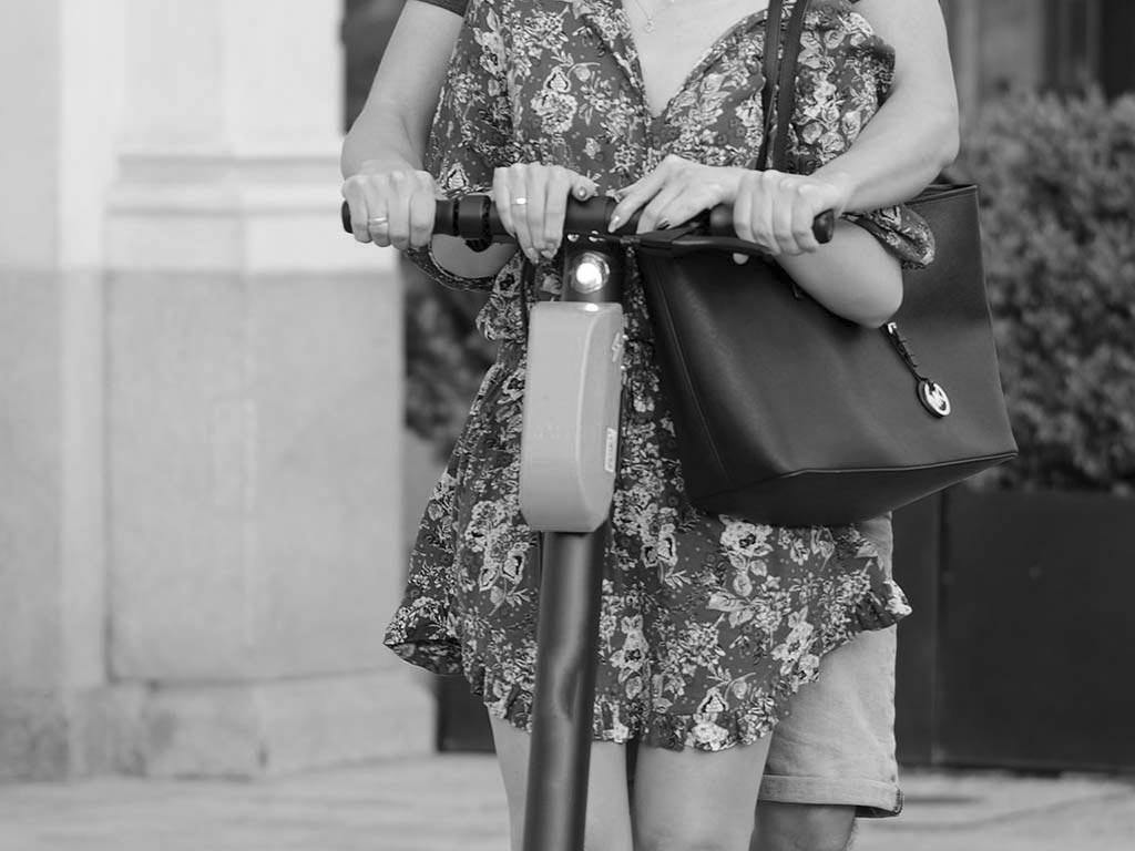 Neben aufklärenden Gesprächen verhängte die Polizei u.a. in 30 Fällen Verwarngelder gegen Fahrer, die noch einen Beifahrer auf dem E-Scooter transportierten. copyright: pixabay.com