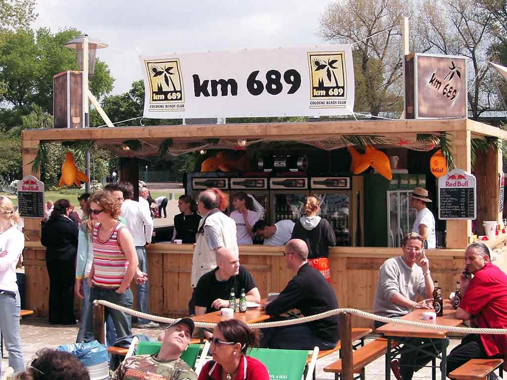 Leckeres Fingerfood und coolen Drinks gibt es für die Besucher des Beach-Clubs in Köln. copyright: KölnKongress GmbH