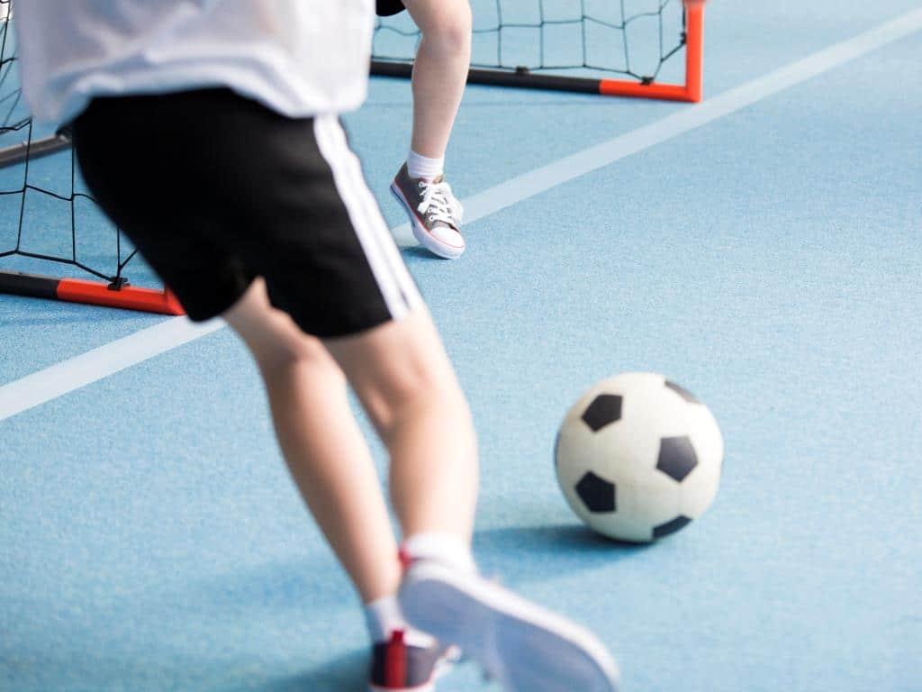 Eine Runde Fußball ohne Matsch und Regen? Kein Problem in den Indoor-Soccer-Hallen! copyright: Envato / bialasiewicz
