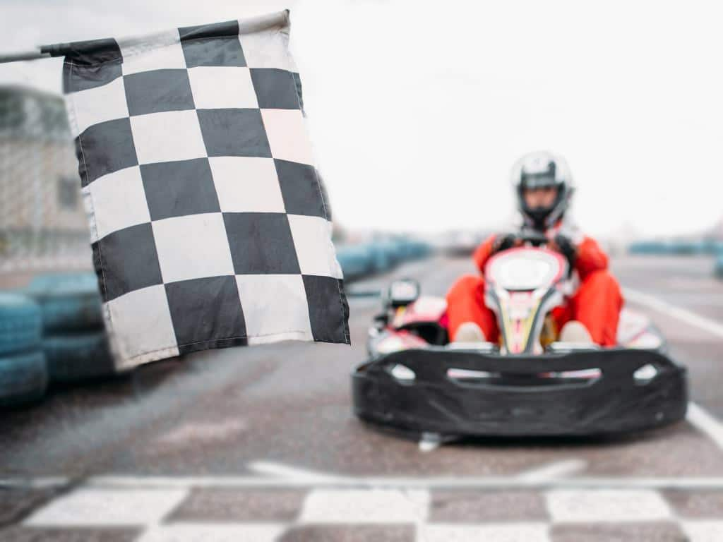 Wie wäre es ein paar Runden auf der Kartbahn zu drehen? copyright: Envato / NomadSoul1