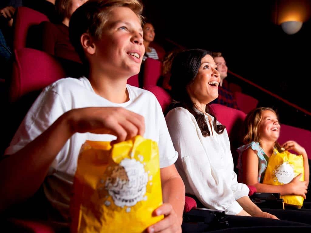 Perfektes Programm an Schlecht-Wetter-Tagen: Ein Kinobesuch! copyright: Envato / monkeybusiness