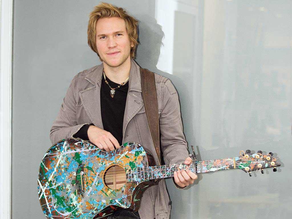 Die bunt bemalte Gitarre ist zu Dannys Markenzeichen geworden. copyright: CityNEWS / Alex Weis
