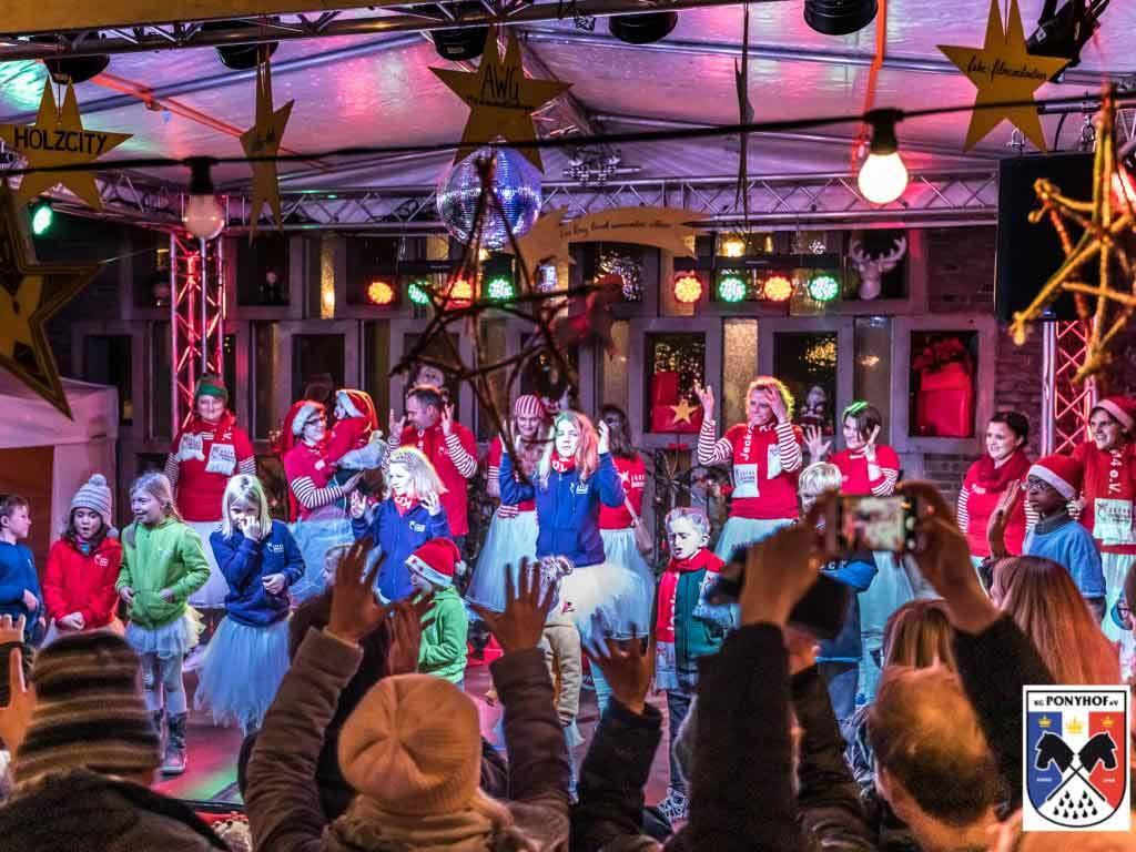 Auch der Gebärdenchor der Jecke Öhrcher KG von 2014 e.V. ist wieder bei dem kleinsten Weihnachtsmarkt in Köln dabei. copyright: digitalfotografie-fischer