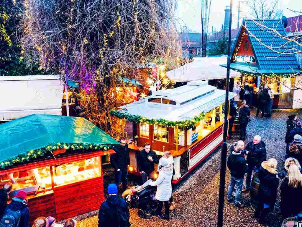 Auf dem Weihnachtsmarkt im Herbrand´s kann man es sich bei duftendem Glühwein und internationalen Leckereien gut gehen lassen. copyright: Roland Breitschuh