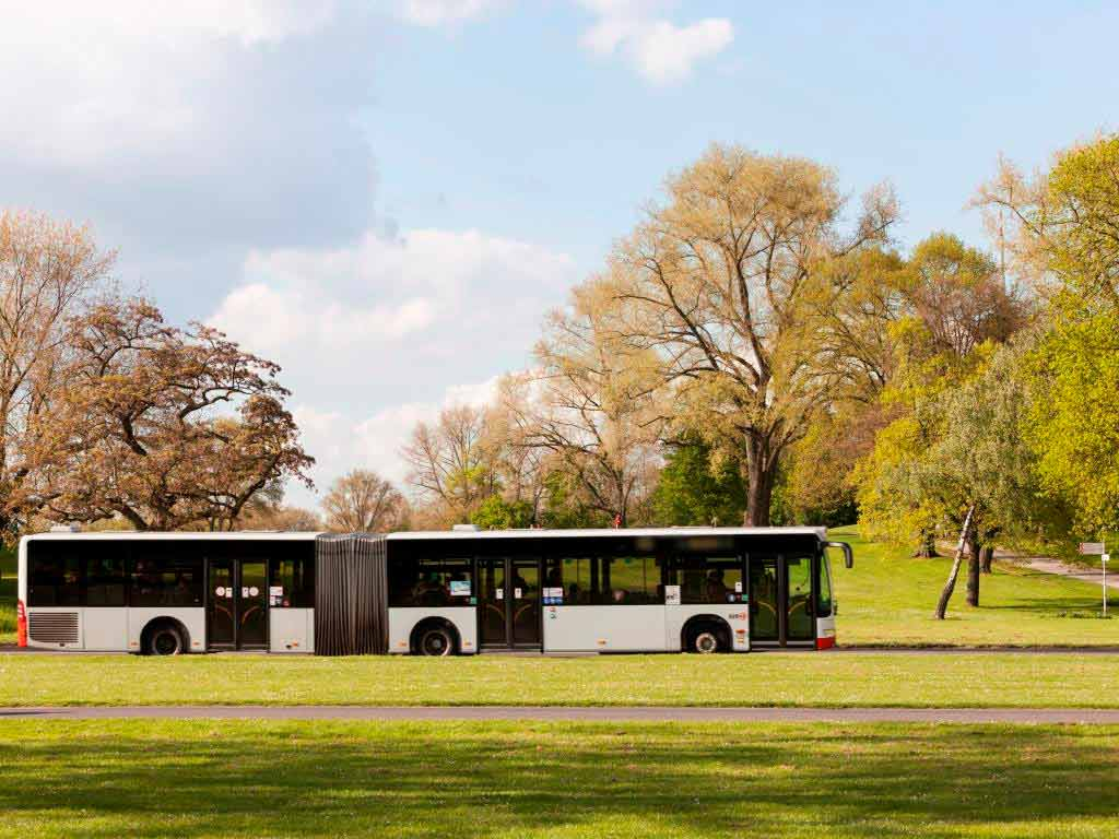 Die KVB schützt ihre Busfahrer ab sofort mit einer Folie vor der Ansteckung mit dem Coronavirus. copyright: Christoph Seelbach / Kölner Verkehrs-Betriebe AG