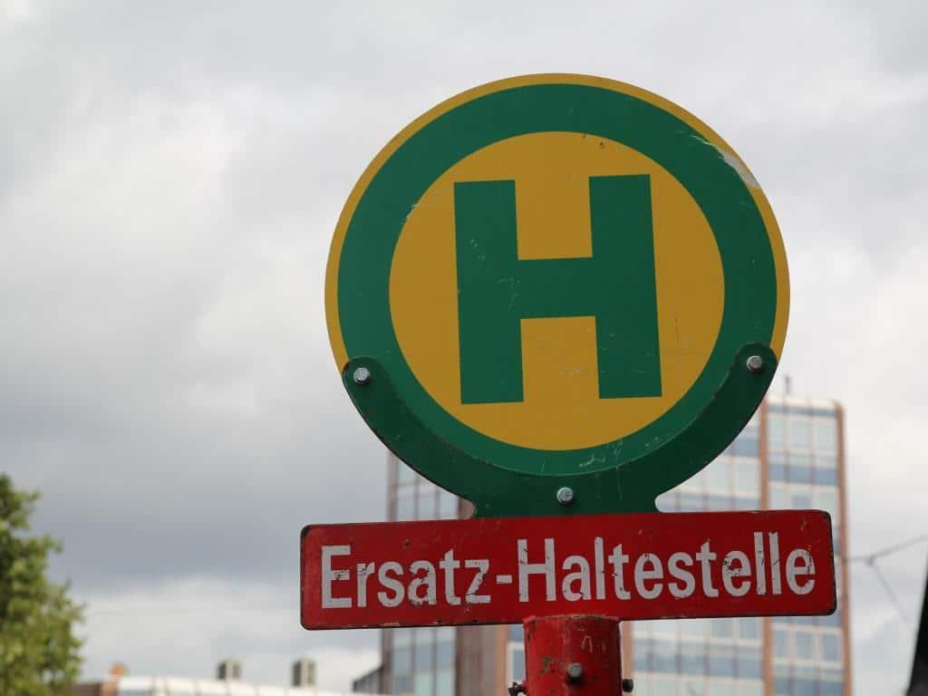Zum Teil müssen provisorische haltestellen für die neue Bus-Linie eingerichtet werden. copyright: Stephan Anemüller / Kölner Verkehrs-Betriebe AG