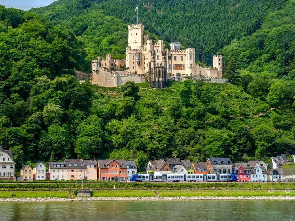 Über 60 imposante Burgen und märchenhafte Schlösser prägen die Landschaft entlang des Rheins des Tals. copyright: Envato / haveseen