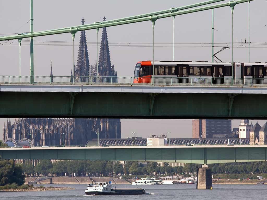So fahren Bus und Bahn an Weiberfastnacht in Köln copyright: Christoph Seelbach / Kölner Verkehrs-Betriebe AG