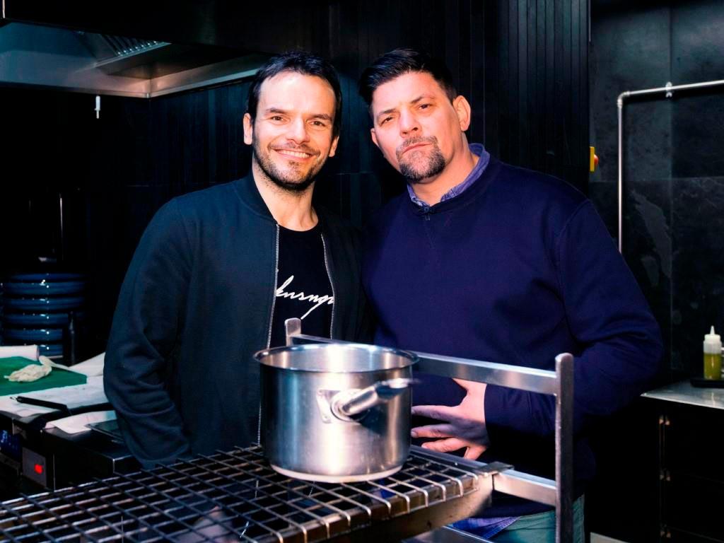 Am 22.03.2020 steht fest, wer der bessere Koch ist: Steffen Henssler oder Tim Mälzer copyright: TVNOW / Marc Schulz für Morris MacMatzen