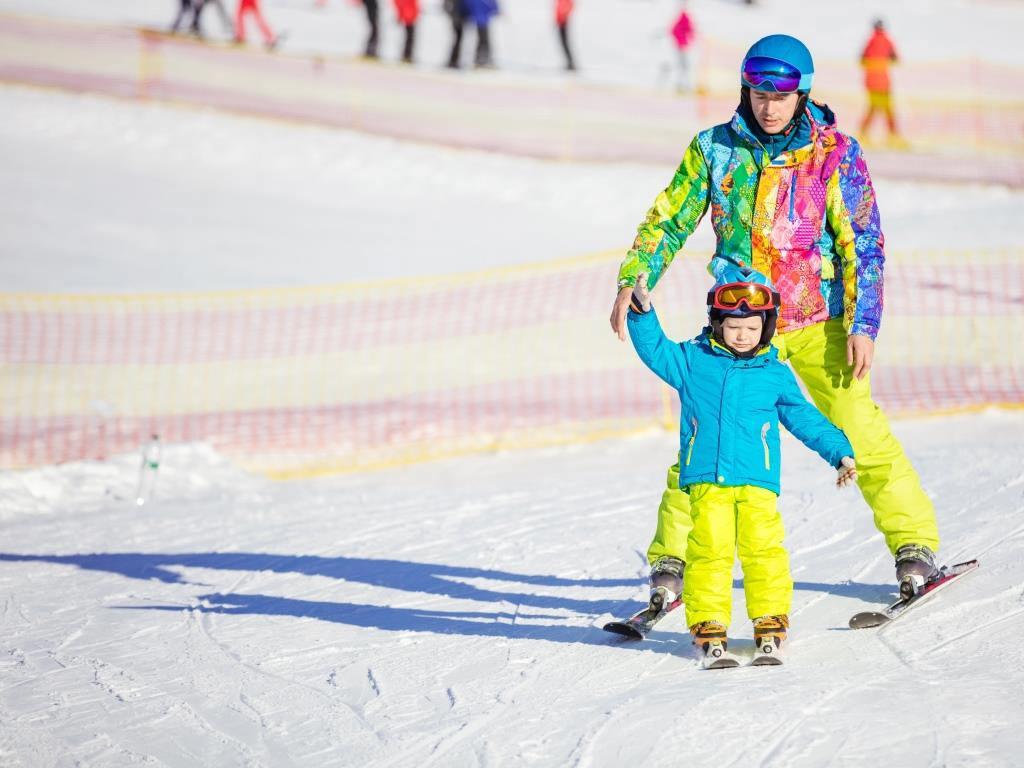 Die Ski-Ausrüstung für den Winterurlaub sollte man möglichst vorab buchen. copyright: Envato / photobac