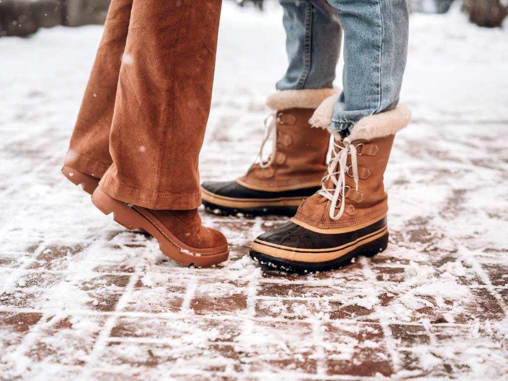 Ein gutes Profil der Schuhsohle verhindert das Ausrutschen auf Eis und Co. copyright: Envato / simbiothy