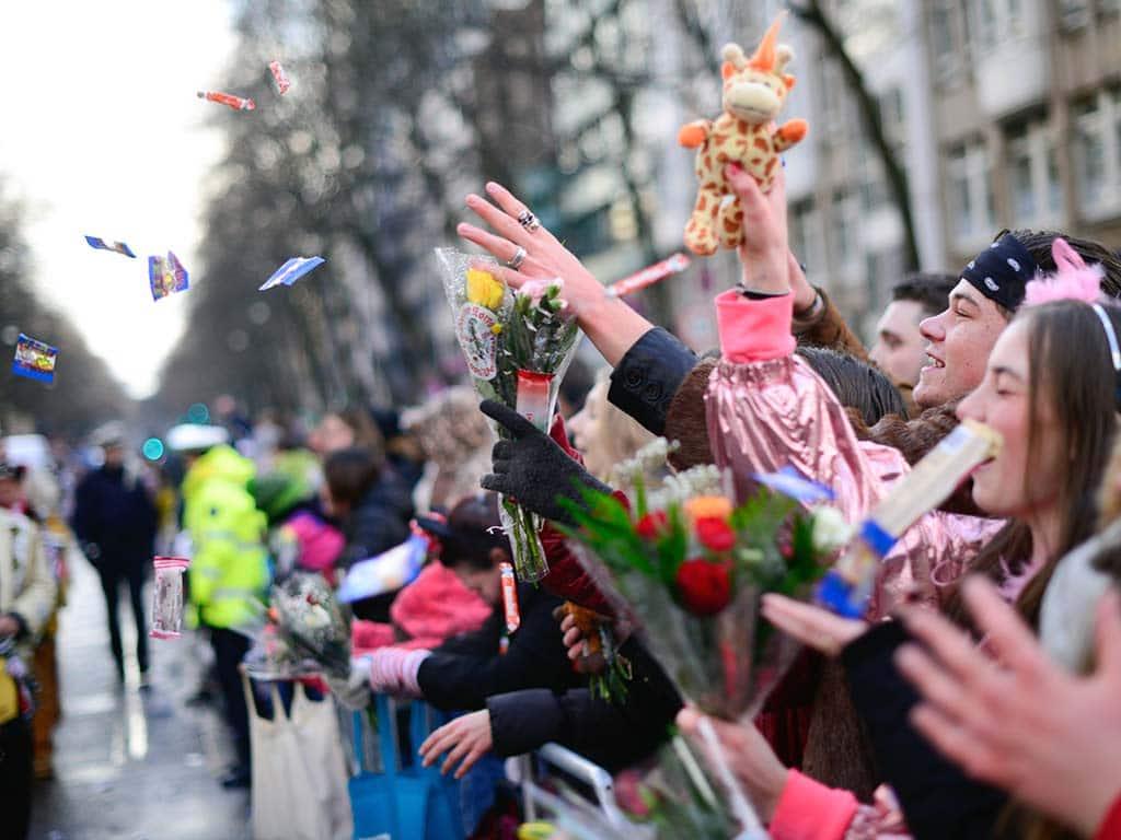 Motto kam bei den Jecken am Rosenmontagszug 2020 sehr gut an copyright: Festkomitee Kölner Karneval