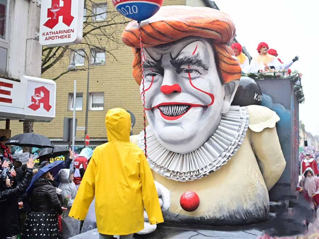 Auch die Persiflagewagen kamen beim jecken Publikum sehr gut an. copyright: Festkomitee Kölner Karneval