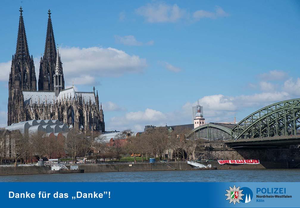 Mit einem großen Spruchband bedankten sich Unbekannte bei allen Helfern in Zeiten der Corona-Krise in Köln. copyright: Polizei Köln