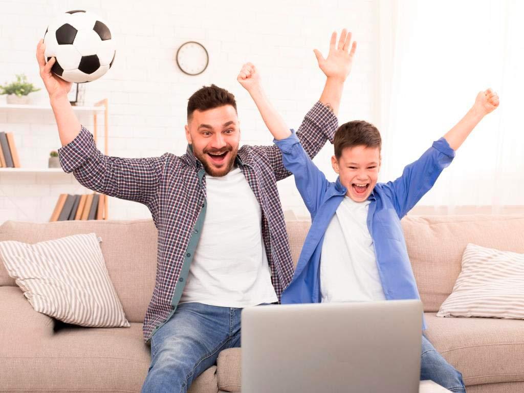 Die Fußballspiele sind auch per kostenlosen Livestream im Internet empfangbar. copyright: Envato / Prostock-studio
