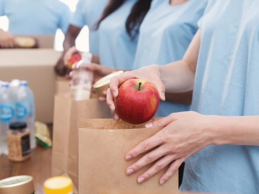 Die Kölner Tafel unterstützt Bedürftige, in dem sie ihnen gespendete Lebensmittel zugänglich macht. copyright: Envato / Prostock-studio