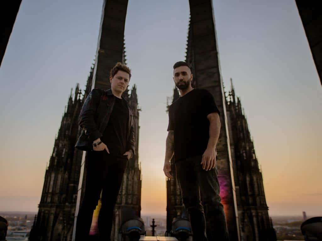 Musikalische Unterstützung erhält Sänger Michael Patrick Kelly u.a. von Rapper MoTrip. - copyright: Hohe Domkirche Köln, Dombauhütte; Foto: Stefanie Ganschow