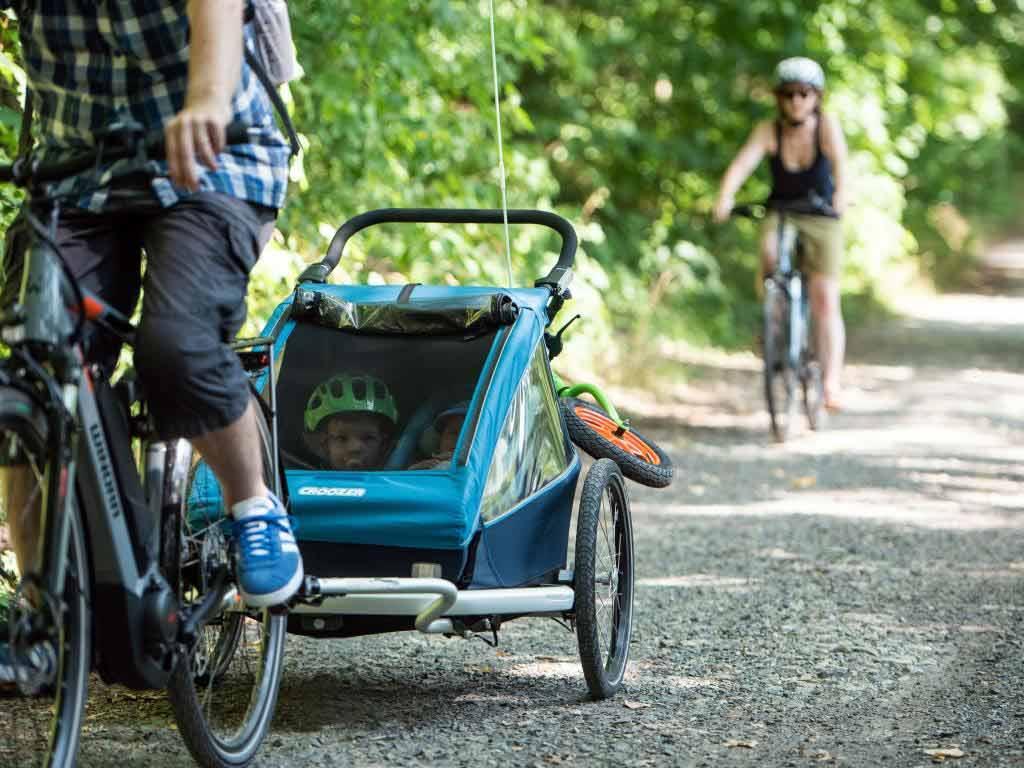 Mit einem Fahrradanhänger können selbst die kleinsten Radler mit auf Abenteuer-Tour kommen. copyright: www.pd-f.de / Luka Gorjup