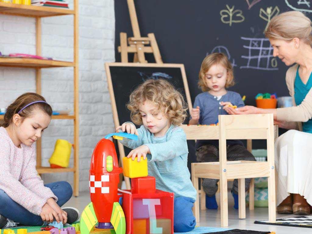Die Öffnung der Kindertagesbetreuung erfolgt zunächst im eingeschränkten Regelbetrieb. copyright: Envato / bialasiewicz