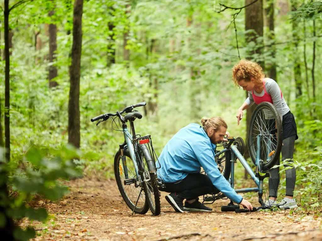 Für den Fall der Fälle sollte man bei der Fahrrad-Tour vorbereitet sein. - copyright: Envato / Pressmaster