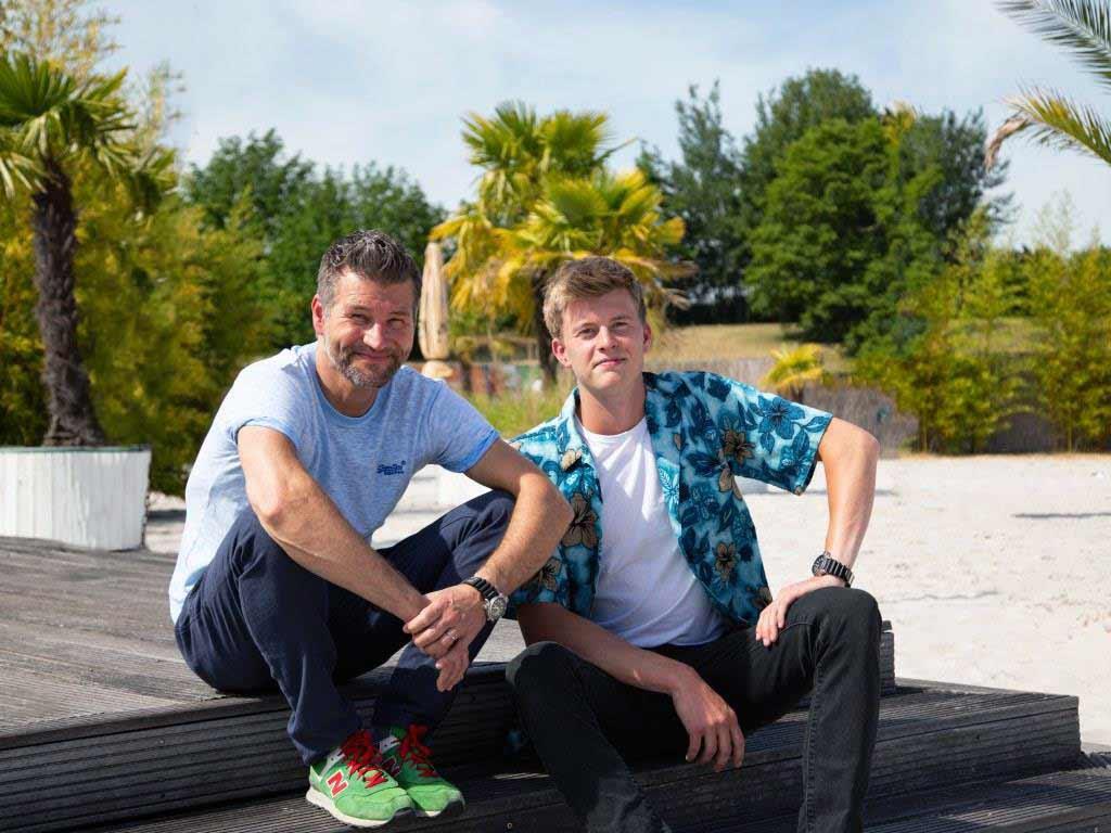 Andy Keunecke (links) betreibt die Strandbar Leverkusen zusammen mit seinem Bruder Nico (rechts). copyright: CityNEWS / Alex Weis