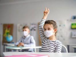 In den Schulen in NRW wird die Schutzmaske zur Pflicht werden. copyright: Envato / halfpoint
