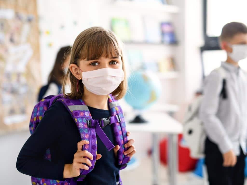 Schüler ab der 5. Klasse müssen in NRW auch im Unterricht grundsätzlich eine Schutzmaske tragen. - copyright: Envato / halfpoint