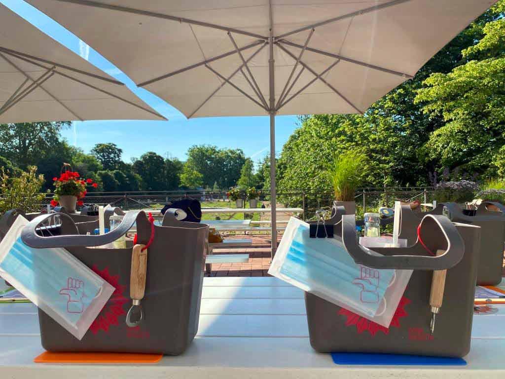 Mit individuell zusammengestellten Picknick-Taschen des Kölner Gartenlokals Dank Augusta geht es zum Schlemmen ins Freie. copyright: kirberg-catering.de